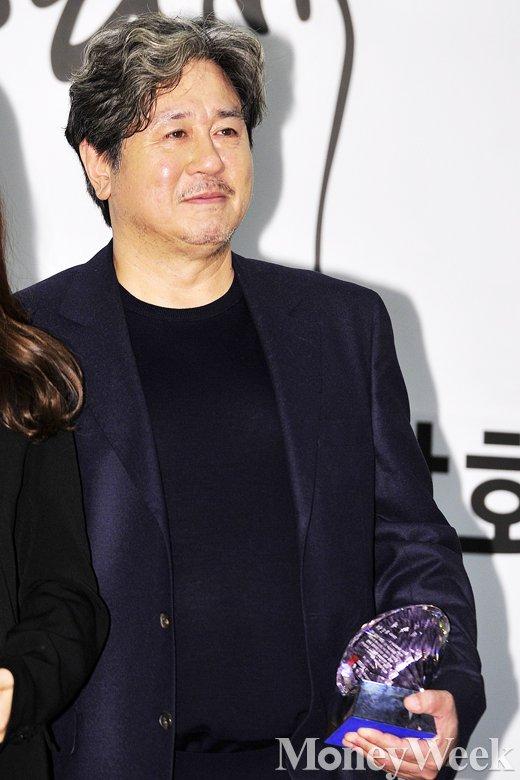 """[MW사진] 최민식, """"대종상 아픔 딛길 간절히 바라"""""""