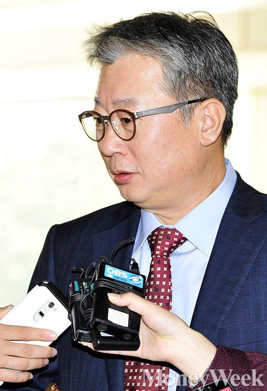 [MW사진] 법원 들어서는 조응천 전 비서관