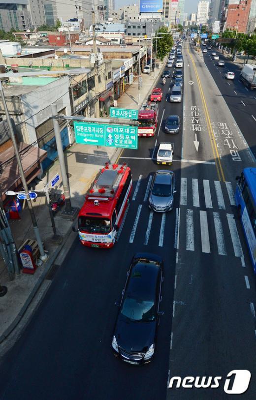 15일 오후 서울 영등포역 앞 경인로에서 영등포소방서 소방차가 '소방차 길터주기' 국민참여 훈련을 벌이고 있다. /사진=뉴스1 박세연 기자