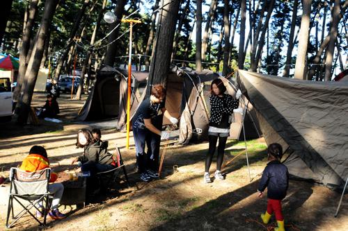 한 가족 관광객이 캠핑을 하기 위해 준비를 하고 있다. /사진=뉴시스 권교용 기자