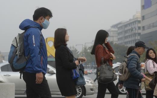 서울 광화문 네거리에서 마스크를 쓴 시민이 지나가고 있다. /서울 뉴스1 안은나 기자