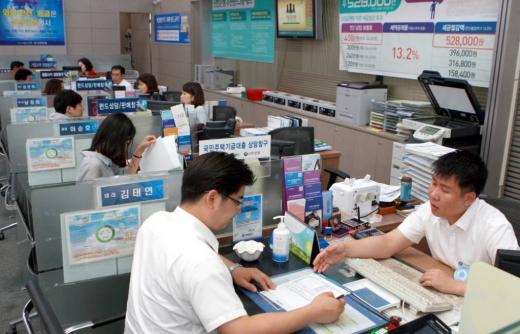 한 시중은행 지점 상담 창구에서 고객을 응대하고 있다.사진은 기사 내용과 무관. /사진=임한별 기자
