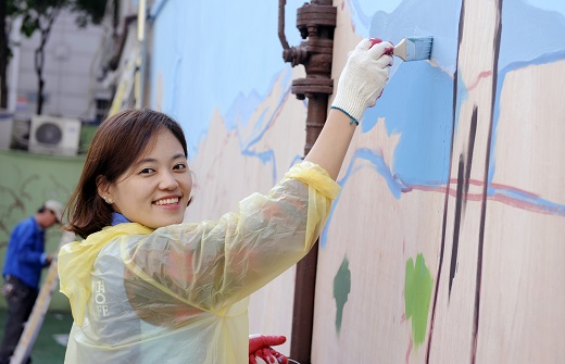 신한생명은 지난 17일과 24일에 전국 8개 지역(서울, 인천, 대전, 대구, 전주, 광주, 부산, 제주)에서 '따뜻한 벽화 그리기' 봉사활동을 진행했다./사진=신한생명