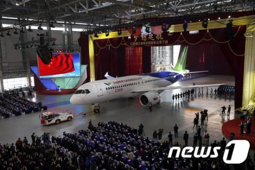 중국 최초 자체 개발 대형 여객기 C919 출고식이 지난 2일 상하이 공장에서 진행됐다. /사진=뉴스1(AFP 제공)