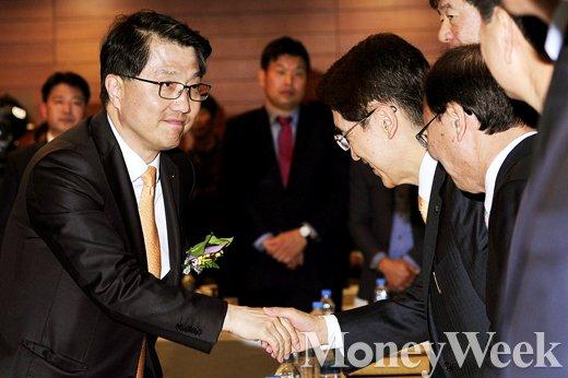 [MW사진] 보험업계 대표들과 악수하는 진웅섭 금감원장