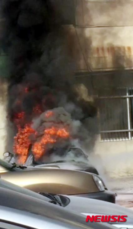 4일 오전 50대 남성이 차량을 타고 여수시청 건물에 돌진해 차량이 불에 타고 운전자가 크게 다쳤다. /사진=뉴시스