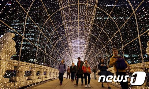 2015 서울빛초롱축제 개막을 하루 앞둔 지난 5일 시민들이 서울 청계천에 설치된 불빛 터널을 지나고 있다. /자료사진=뉴스1