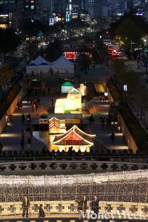 2015 서울빛초롱축제 개막을 하루 앞둔 5일 오후 서울 청계천에서 다양한 등이 빛을 밝히고 있다. /사진=머니투데이 이기범 기자