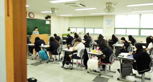 2016학년도 대학수학능력시험에 앞서 최종점검하는 9월 모의고사(모의평가)가 2일 일제히 시작한 가운데 서울 은평구 진관동 신도고등학교 고3 수험생들이 모의고사를 치르고 있다.  한국교육과정평가원은 이날 오전 8시40분부터 전국 2121개 고등학교와 349개 학원에서 일제히 진행했다.  이번 9월 모의고사에 응시한 수험생은 재학생 53만9932명, 졸업생 8만4156명 등 총 62만4088명이다.  9월 모의고사는 2016학년도 수능의 준비 시험이다. 따라서 시험의 성격, 출제 영역, 문항 수 등을 수능과 똑같이 출제한다.  한편 2016학년도 대학수학능력시험은 오는 11월 12일 치러지며, 12월 2일에는 성적발표를 한다.