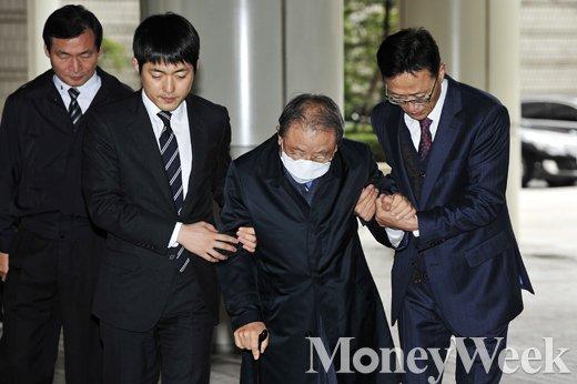 [MW사진] 지팡이 의지한 조석래 효성 회장, 법원 출두