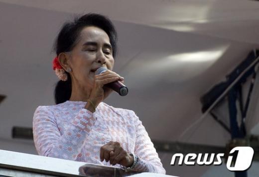 '미얀마 자유총선' 미얀마 자유총선이 진행되고 있는 9일 아웅산 수치 여사(70)가 자신이 이끄는 최대 야당 민주주의 민족동맹(NLD)의 양곤 본부에서 지지자들 앞에서 마이크를 잡고있다. /사진=뉴스1(AFP 제공)