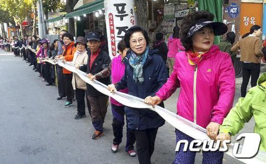 광주 남구는 11일 농업인의 날을 맞아 '가래떡의 날' 행사를 실시한다. 사진은 지난해 실시된 111m 가래떡 행사. /자료사진=뉴스1(광주남구청 제공)