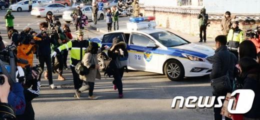 2015학년도 대학수학능력시험일인 지난해 11월13일 오전 서울 종로구 풍문여자고등학교 앞에서 한 수험생이 경찰차량을 이용해 고사장에 도착했다. /사진=뉴스1