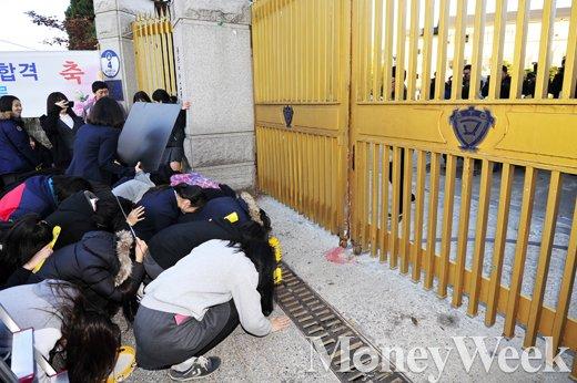 2016학년도 대학수학능력시험 당일인 12일 오전 서울 종로구 풍문여자고등학교 앞에서 후배들이 고사장을 향해 큰절을 하고 있다. /사진=임한별 기자