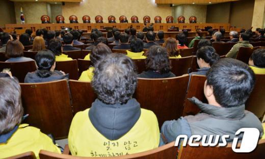 12일 서울 서초구 대법원에서 열린 세월호 승무원 15명에 대한 상고심에서 유가족들이 참관하고 있다. /사진=뉴스1