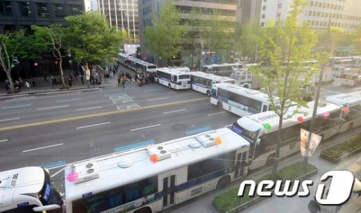 '경찰청장' '민중총궐기' 지난 4월24일 민주노총 총파업 가두행진을 진압하는 경찰이 서울 종로1가에 경찰버스를 이용해 차벽을 설치했다. /자료사진=뉴스1