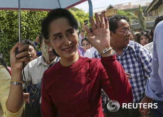'미얀마' '미얀마 총선' 미얀마 민주화 운동 지도자 아웅산 수치 여사가 8일(현지시간) 양곤 바한구 투표소를 가면서 지지자들에게 웃으며 손을 흔들고 있다. /자료사진=뉴스1(로이터 제공)