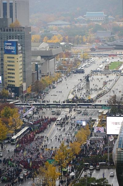 13만 민중 총궐기대회가 열린 14일 오후 서울 종로구 광화문 사거리 인근도로에 경찰이 차벽을 설치하고 있다. /사진=뉴시스 임태훈 기자