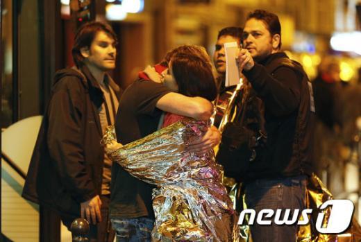 '파리 테러' 13일(현지시간) 프랑스 파리에서 발생한 연쇄 테러 현장에서 생존자들이 서로를 끌어안으며 안도하고 있다. /사진=뉴스1(AFP뉴스 제공)