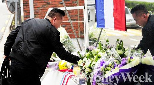 [MW사진] 파리 테러, 조문 끊이지 않는 프랑스대사관