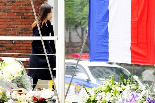 [MW사진] 파리 테러 3일째, 추모 꽃으로 가득찬 프랑스 대사관