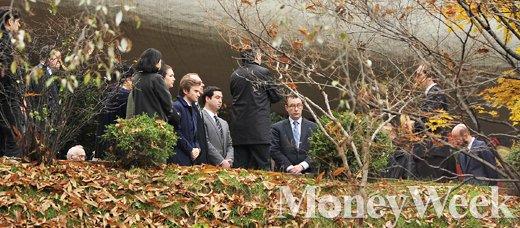[MW사진] 파리 희생자 추모하는 주한프랑스 대사관 직원들