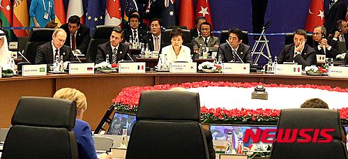 박근혜 대통령이 지난 15일(현지시간) 터키 안탈리아 레그넘 호텔에서 각국 정상들과 G20 정상회의를 하고 있다. /사진=뉴시스