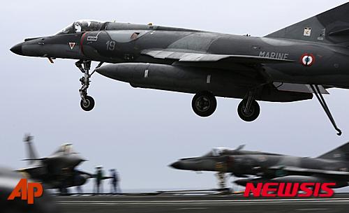 '샤를드골항공모함' 지난 3월17일 페르시아만 해상에서 있는 샤를드골호에서 프랑스 전투기가 출격하는 모습. /자료사진=뉴시스(AP 제공)