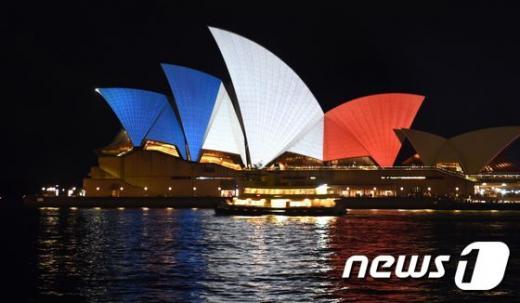 호주 시드니에 있는 오페라 하우스의 조명이 지난 14일(현지시간) 프랑스 파리에서 발생한 연쇄 테러의 희생자들을 애도하기 위해 프랑스 국기 색깔인 빨강, 흰색, 파랑으로 바뀌었다. /자료사진=뉴스1