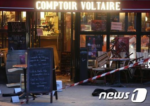 프랑스 경찰 검식반이 지난 14일(현지시간) 전일 밤 연쇄 테러가 발생한 6곳 중 하나인 꽁뜨와 볼테르(Comptoire Voltaire) 카페 내부에서 증거를 수집하고 있다. /자료사진=뉴스1(AFP 제공)