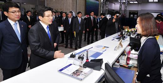 [MW사진] 신한은행 직원과 대화하는 황교안 총리