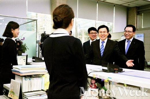 [MW사진] 신한은행 시간선택제 일자리 현장 찾은 황교안 총리