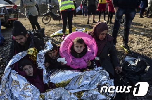 17일 그리스 레스보스 섬에 도착한 시리아 난민 가족. /사진=뉴스1(AFP뉴스 제공)