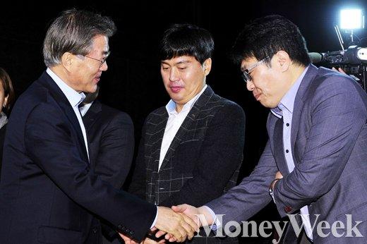 [MW사진] '고단한 미생들'과 만난 문재인 대표