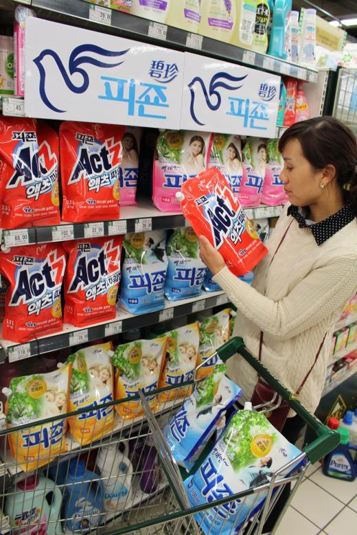 중국 북경에 위치한 화렌BHG 태양궁점에서 중국의 20대 소비자가 피죤 액츠 제품을 직접 구입하고 있는 모습