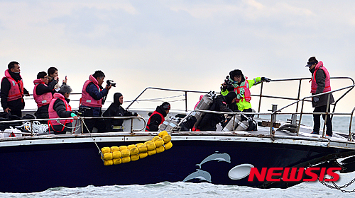 '세월호 특별조사위원회' 세월호특별조사위원회가 19일 오전 전남 진도군 관매도 인근 사고해역에서 선체 조사에 나선 가운데 잠수사가 투입되고 있다. /사진=뉴시스