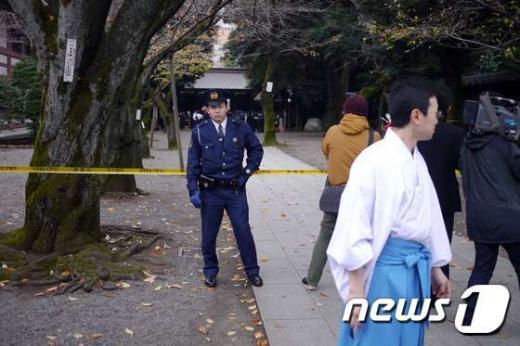 한 경찰관이 23일 오전 일본 도쿄의 야스쿠니 신사 내 사고 현장에서 경비를 서고 있다. 앞서 이날 오전 10시쯤 야스쿠니 신사 남문 인근의 공중화장실에서 폭발음이 있었다는 신고가 들어와 경찰이 출동했다. /사진=뉴스1(AFP 제공)