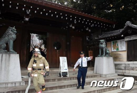 '야스쿠니신사 폭발' 소방관과 경찰관이 23일 오전 일본 도쿄 구단기타의 야스쿠니 신사에서 진화 작업을 하고 있다. /사진=뉴스1(도쿄 AFP 제공)
