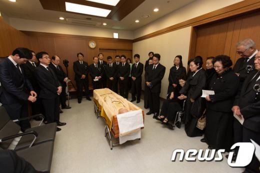지난 23일 고 김영삼 전 대통령의 빈소가 마련된 서울대병원 장례식장에서 유족들이 지켜보는 가운데 입관식이 엄수되고 있다. /사진=뉴스1(사진공동취재단)