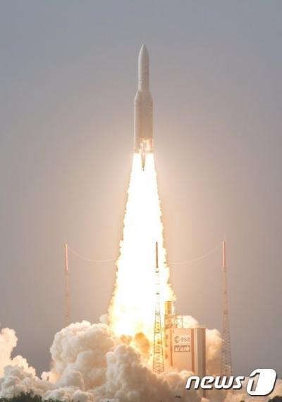 '일본 위성발사' 인공위성 2대를 탑재한 유럽항공우주국 소속 아리안5 로켓이 지난 4월 프랑스령 기아나 소재 쿠루 발사기지 발사대에서 화염을 내뿜으며 하늘로 치솟고 있다. /자료사진=뉴스1(쿠루 AFP 제공)