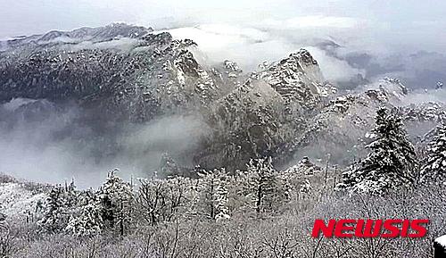 '대관령 눈' 19일 오전 강원 양양군 설악산국립공원에 밤사이 눈이 내렸다. 사진은 소청대피소에서 바라본 모습이다. /사진=뉴시스(국립공원관리공단 제공)