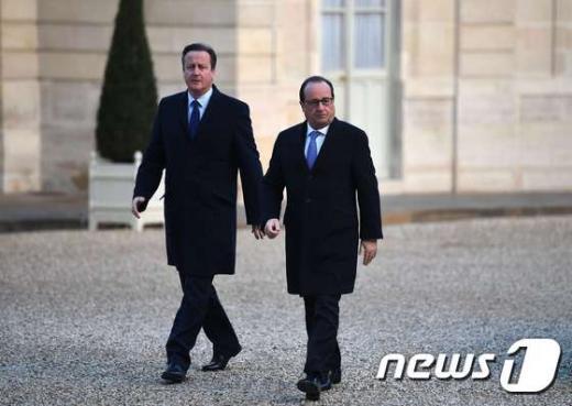 프랑수아 올랑드 프랑스 대통령(오른쪽)과 데이비드 캐머런 영국 총리가 지난 23일(현지시간) 파리 엘리제궁에 들어가고 있다. /사진=뉴스1(AFP)