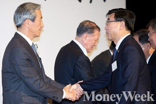 [MW사진] 정몽준 이사장과 악수 나누는 이기권 장관