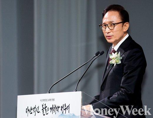 [MW사진] 아산 정주영 탄신 100주년 기념식, '축사하는 이명박'