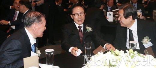 [MW사진] 정주영 100주년 기념식, '대화 나누는 정몽구-이명박-김무성'