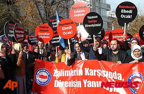 '터키 러시아' 터키 앙카라 주재 러시아 대사관 앞에서 24일(현지시간) 시민들이 시리아의 바샤르 알 아사드 정부군을 지원하는 러시아의 전투기가 터키 영공을 침입한 것을 규탄하는 시위를 벌이고 있다. /사진=뉴시스(AP 제공)
