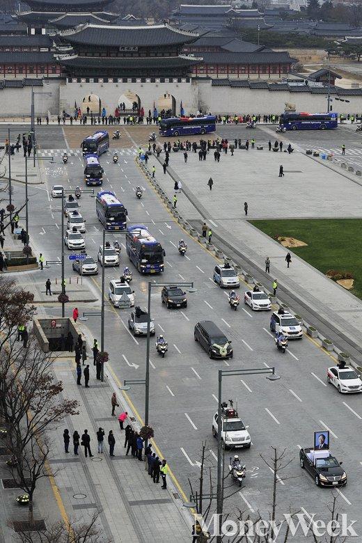 [MW사진] 광화문 지나는 김영삼 전 대통령 운구행렬