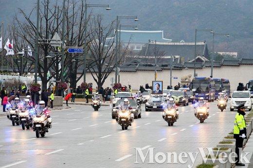 [MW사진] 청와대 뒤로 한 김영삼, 전 대통령 운구행렬