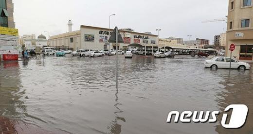 카타르 수도 도하 시내가 폭우로 물에 잠겼다. /사진=뉴스1(AFP)