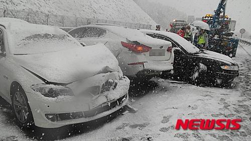 지난 3일 충북 충주시 대소원면 중부내륙고속도로 양평방면 가금터널 인근에서 눈길에 차량 10대가 추돌하는 사고가 발생했다. /사진=뉴시스